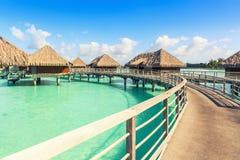 Tradizionale sopra le ville dell'acqua su una laguna tropicale di Bora Bora Fotografie Stock Libere da Diritti