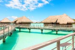 Tradizionale sopra le ville dell'acqua su una laguna tropicale di Bora Bora Immagini Stock