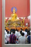 Tradizione buddista dei buddisti tailandesi che pregano nel tempio Fotografia Stock