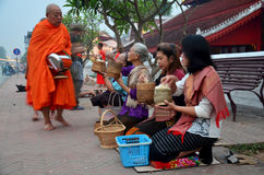 Tradizione di almsgiving con riso appiccicoso dalla processione dei monaci wal Fotografia Stock Libera da Diritti