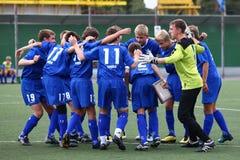 Tradizione di gioco del calcio - abbracci Immagine Stock Libera da Diritti