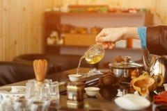 Tradizioni cinesi L'uomo matrice fa il tè alla cerimonia immagini stock libere da diritti