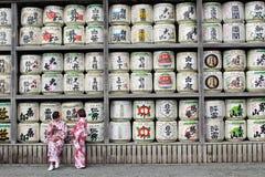Tradução: meninas no quimono na frente dos cilindros ou dos tambores do sak fotografia de stock