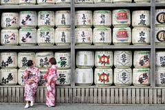 Tradução: meninas no quimono na frente dos cilindros ou dos tambores do sak fotos de stock