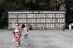 Tradução: meninas no quimono na frente dos cilindros ou dos tambores do sak imagens de stock royalty free