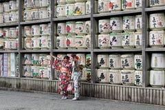 Tradução: meninas no quimono na frente dos cilindros ou dos tambores do sak imagem de stock royalty free