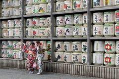 Tradução: meninas no quimono na frente dos cilindros ou dos tambores do sak foto de stock