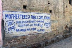 Traducción: el mural de la escuela de madre Teresa alrededor de Amer Ambe foto de archivo libre de regalías