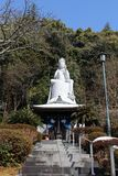 Traduction : Traduction : Temple du ` A et une grande statue de ` de Kannon autour de station de Hizen-Yamaguchi, Japon photos libres de droits