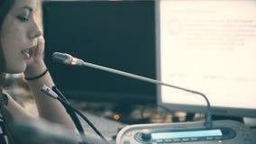Traductor de la mujer que trabaja en una sala de conferencias encendido almacen de video