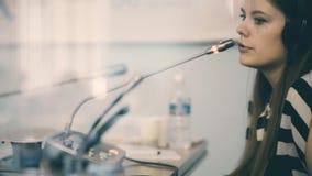 Traductor que trabaja en una sala de conferencias, a de la mujer almacen de metraje de vídeo