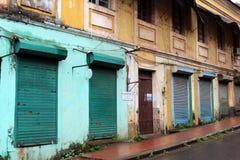 Traduzione: le finestre e le porte d'annata e variopinte in Goa C fotografia stock