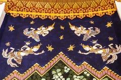Tradycja Tajlandzki obraz na Wata hongtong ścianie przy Samutprakan prowincją Tajlandia. Świątynny otwiera społeczeństwo zegarek.  obraz royalty free