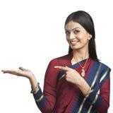 Tradycjonalnie Indiańska kobieta pozuje w sari Fotografia Stock