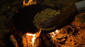 Tradycjonalnie przygotowywać pita chleb na gorącym talerzu zbiory wideo