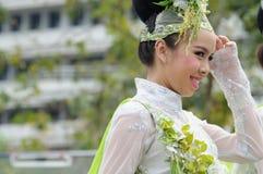 Tradycjonalnie ubierająca kobieta w korowodzie na Chiang Mai 37th Flo Obrazy Royalty Free