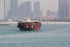 Tradycyjna łódź AJMAN CORNICHE, DUBAJ, UAE na 26 2017 CZERWU Obraz Royalty Free