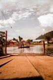Tradycyjna łódź która może odtransportowywać ludzi nad rzeką fotografia royalty free