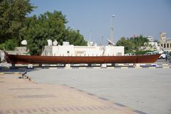 """Tradycyjna łódź lub dhow Rasa al Khaimah muzeum w ranku sÅ'oÅ""""cu zdjęcie stock"""