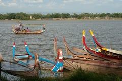 Tradycyjna łódź na jeziorze blisko U-bein mosta w Myanmar Obrazy Stock