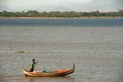 Tradycyjna łódź na jeziorze blisko U-bein mosta w Myanmar Zdjęcia Royalty Free