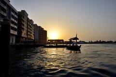 Tradycyjna Abra łódź w Dubaj zatoczce w zmierzchu obraz stock