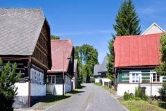 Tradycyjna architektura od 1788 w Ciekawym ulicznym Zvedava ulicka, Jilemnice, Krkonose góry, republika czech Ochraniał a Obraz Stock