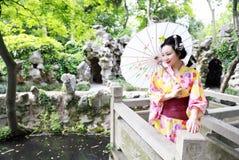 Tradycyjna Azjatycka Japońska piękna kobieta stał bezczynnie bambusa w plenerowym wiosna ogródzie panna młoda jest ubranym kimono Obrazy Stock