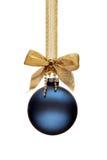 Tradycyjna błękitna Bożenarodzeniowa piłka Fotografia Royalty Free