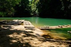 Tradycyjna bambusowa tratwa unosi się nad jasną rzeką w ranku Obraz Royalty Free