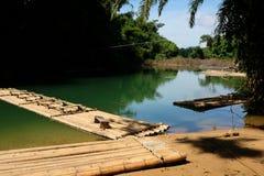 Tradycyjna bambusowa tratwa unosi się nad jasną rzeką w ranku Obrazy Stock
