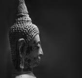 Tradycyjna Buddha głowa przeciw czarnemu tłu z kopii przestrzenią zdjęcie royalty free