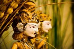 Tradycyjna drewniana kukła królewiątko i królowa z bogactw jewelleries i ornamentami fotografia stock