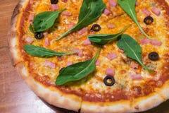 Tradycyjna drewniana oparzenie włoszczyzny pizza Zdjęcie Stock