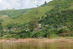 Tradycyjna drewniana wioska i rolnictwo przy Mekong rzeką w Laos Zdjęcie Stock