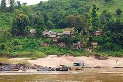 Tradycyjna drewniana wioska przy Mekong rzeką w Laos Obrazy Stock