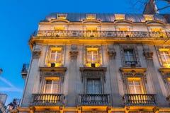 Tradycyjna fasada Paryjski budynek w wieczór, Francja obraz stock