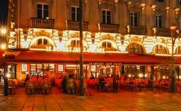 Tradycyjna Francuska kawiarnia Le odjeżdża saint michel przy nocą, Paryż, Francja Obraz Stock