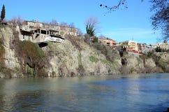 Tradycyjna georgian architektura - piękni budynki na stromym brzeg nad Kura rzeką w Metekhi okręgu tbilisi Obraz Royalty Free