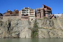 Tradycyjna georgian architektura - piękni budynki na stromym brzeg nad Kura rzeką w Metekhi okręgu tbilisi Zdjęcie Royalty Free