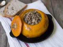 Tradycyjna gryczana owsianka z mięsem i warzywami piec w bani na drewnianym tle Jesieni naczynie selekcyjny obraz stock