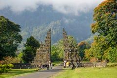 Tradycyjna Hinduska brama Candi Bentar, Bedugul w Bali, Indonezja Wej?cie Hinduska ?wi?tynia Candi Bentar brama obrazy stock