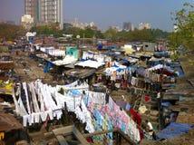 Tradycyjna Indiańska pralnia w Mumbai slamsy fotografia stock
