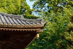 Tradycyjna Japońska świątynia lub świątynia dach z antycznym dzwonem, Japonia obraz stock