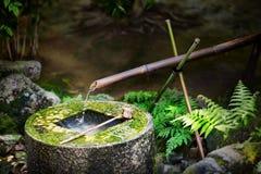 Tradycyjna japońska bambusowa fontanna przy Ryoan-ji świątynią w Kyoto, Japonia Fotografia Royalty Free