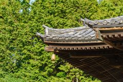 Tradycyjna Japo?ska ?wi?tynia lub ?wi?tynia dach z antycznym dzwonem, Japonia obrazy royalty free