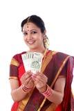 Tradycyjna kobieta trzyma nowe 500 rupii notatki Zdjęcie Stock