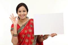 Tradycyjna kobieta trzyma pustego billboard zdjęcie royalty free