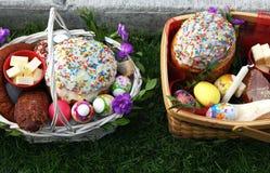 Tradycyjna konsekracja Easter kosz z tortowymi kulich kniaź stylowymi i barwionymi jajkami zdjęcie royalty free