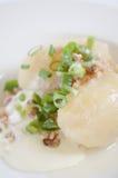 Tradycyjna Litewska naczynie posiłku kuchnia - faszerująca mięsna kartoflana klucha, Litewski krajowy naczynie, curd (Cepelinai,  Fotografia Royalty Free